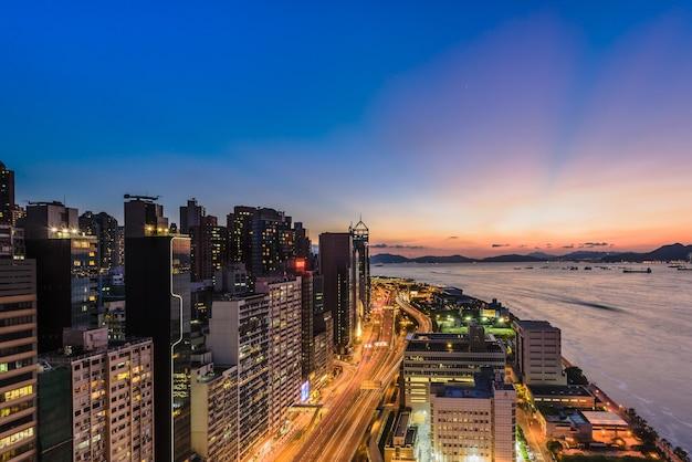 Ujęcie pod dużym kątem świateł na budynkach i wieżowcach uchwyconych w hongkongu