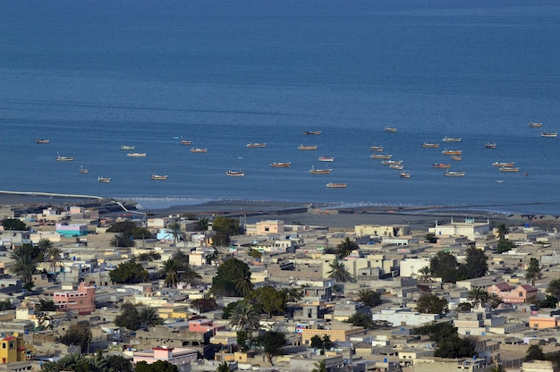 Ujęcie pod wysokim kątem łodzi na morzu i pejzażu miejskim
