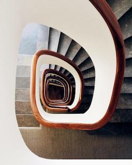 Ujęcie pod wysokim kątem nowoczesnych spiralnych schodów