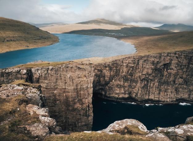 Ujęcie przedstawiające piękną przyrodę wysp owczych, jeziora, góry, klify