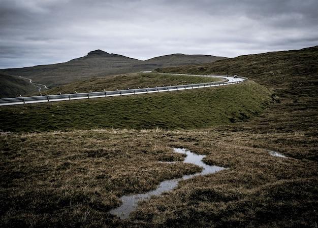 Ujęcie przedstawiające przyrodę wysp owczych, gór i łąk