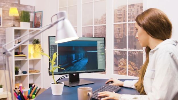 Ujęcie przez ramię deweloperki gier pracującej nad nowym projektem.
