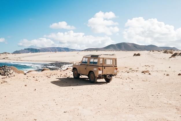 Ujęcie samochodu terenowego stojącego w dzikim obszarze nad małym jeziorem