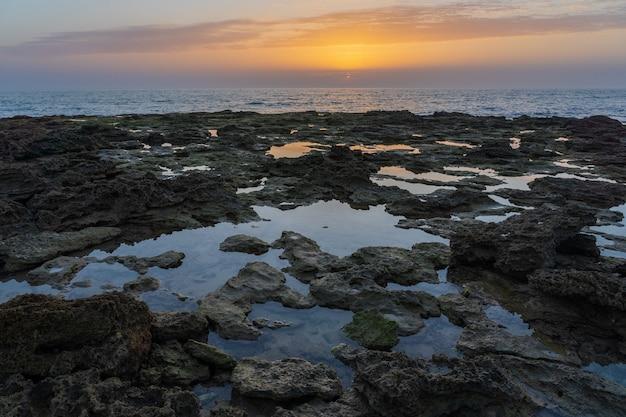 Ujęcie skał nad brzegiem morza w hiszpanii zahora