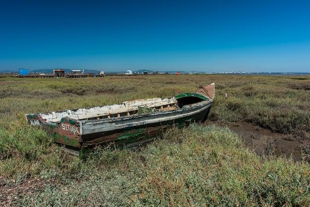 Ujęcie starej łodzi na środku łąki w cais palafítico da carrasqueira, portugalia