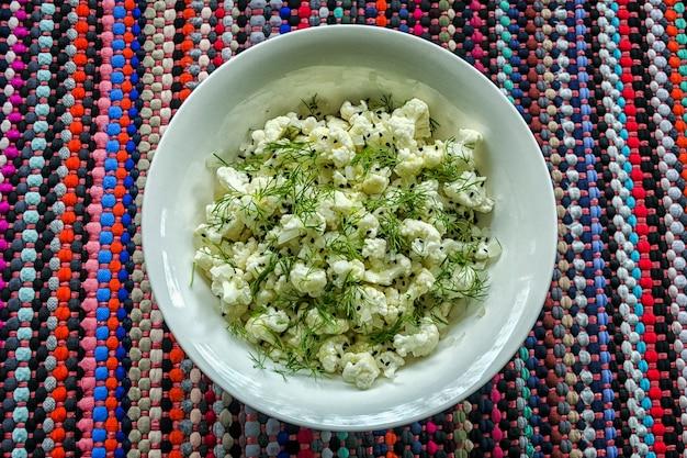 Ujęcie surowego kalafiora, kopru i sałatki sezamowej