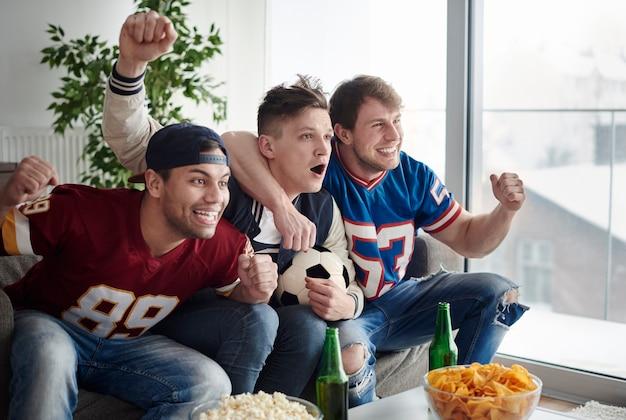 Ujęcie świętujących zapalonych fanów piłki nożnej