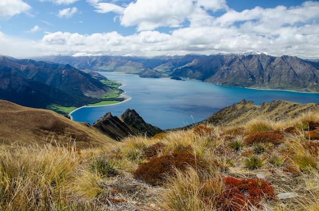 Ujęcie szczytu przesmyku i jeziora w nowej zelandii