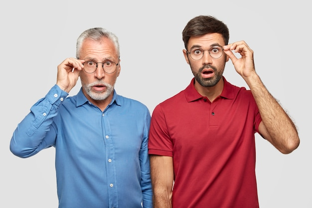 Ujęcie w górę dwóch młodych mężczyzn z różnych pokoleń ma nieoczekiwane spojrzenie