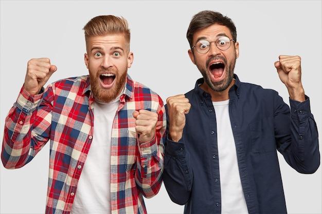 Ujęcie w pomieszczeniach uszczęśliwionych facetów zaciskających ze szczęścia pięści