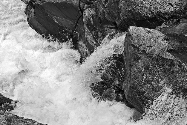 Ujęcie w skali szarości formacji skalnych w rzece