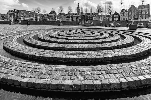 Ujęcie w skali szarości historycznego punktu orientacyjnego ulicy w nijmegen