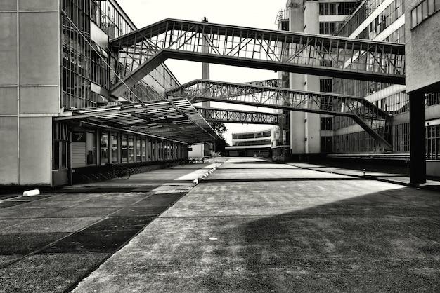 Ujęcie w skali szarości mostów ze szklanymi oknami łączącymi ze sobą dwa budynki