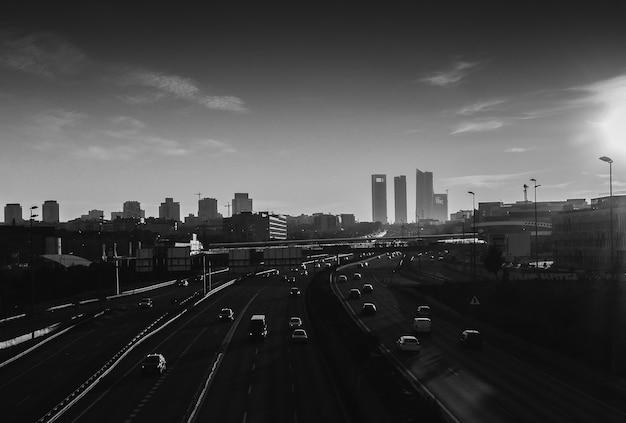 Ujęcie w skali szarości pod dużym kątem przedstawiające autostrady z wieloma samochodami w madrycie, hiszpania