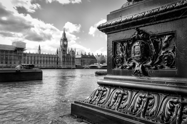Ujęcie w skali szarości przedstawiające big bena w londynie, wielka brytania