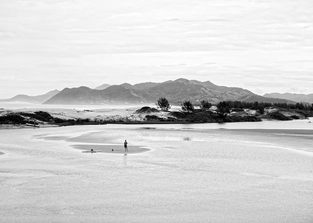Ujęcie w skali szarości przedstawiające mężczyznę w guarda do embau w brazylii