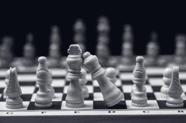 Ujęcie w skali szarości szachów ustawionych na szachownicy