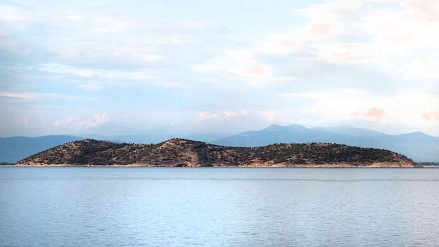 Ujęcie wyspy na morzu egejskim ze wzgórzami w grecji