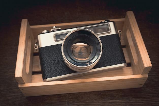 Ujęcie z bliska pod wysokim kątem zabytkowego aparatu w szafce pod światłem