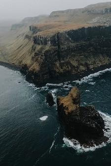 Ujęcie z drona zatoki talisker na wyspie isle of skye w szkocji