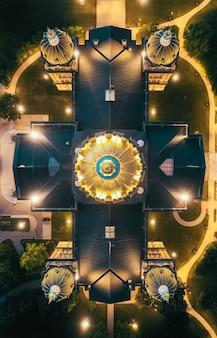 Ujęcie z góry drona dużego dachu kościoła w nocy