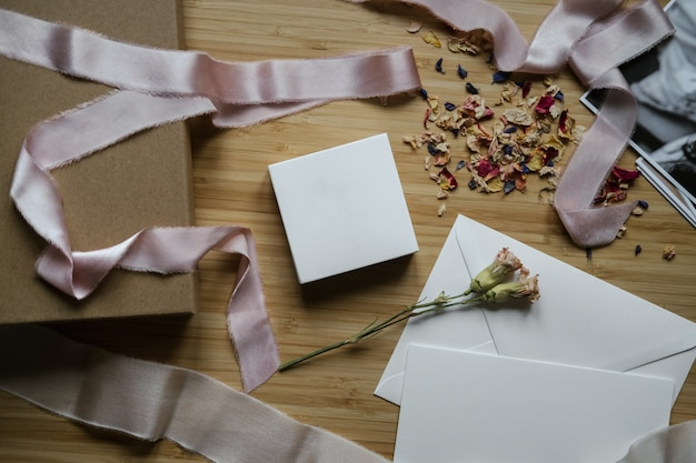 Ujęcie z góry procesu pakowania prezentu