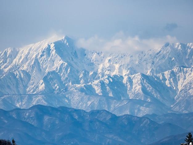 Ujęcie z lotu ptaka japońskich alp widzianych z górnej części terenu narciarskiego shiga kogen
