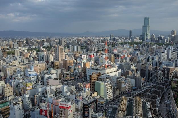Ujęcie z lotu ptaka japońskiego miasta osaka z wieloma budynkami,