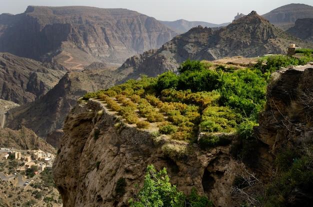 Ujęcie z lotu ptaka ogromnych i malowniczych gór i klifów częściowo porośniętych zielenią