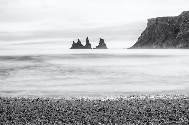 Ujęcie z plaży reynisfjara w vik na islandii