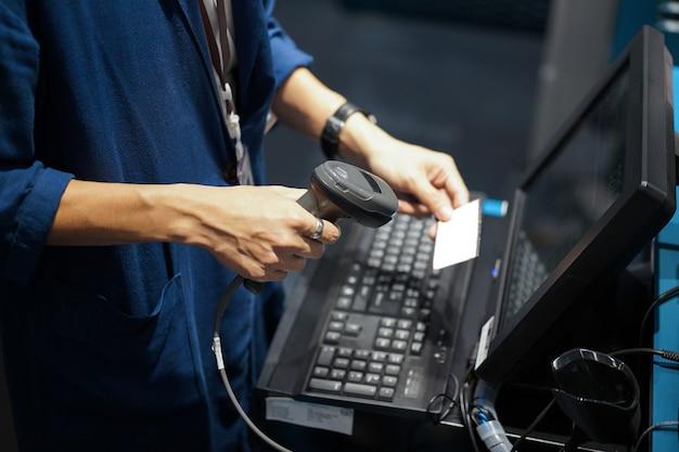Ujęcie z punktu sprzedaży, skanowanie kodów kreskowych lub kodów qr z przodu komputera.
