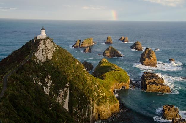 Ujęcie z wysokiego kąta latarni morskiej nugget point w nowej zelandii
