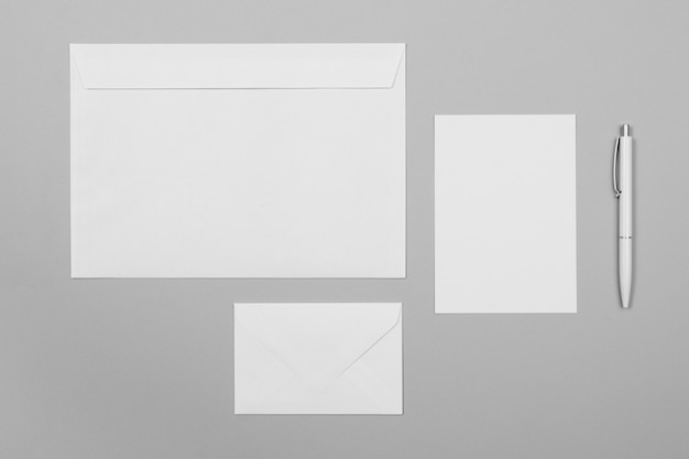 Układ arkuszy papieru i kopert