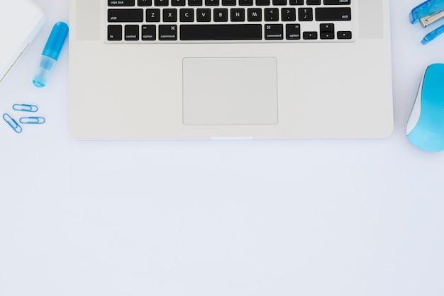 Układ biurka biznesowego z przedmiotami