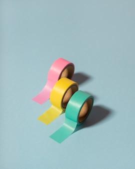 Układ biurka pod wysokim kątem z kolorową taśmą