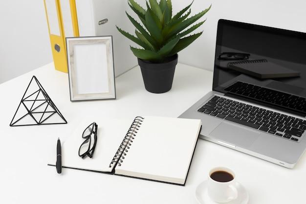 Układ biurka pod wysokim kątem