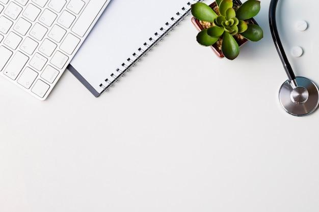 Układ biurka z klawiaturą