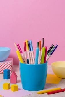 Układ biurka z kolorowymi długopisami