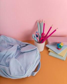 Układ biurka z kolorowymi kredkami