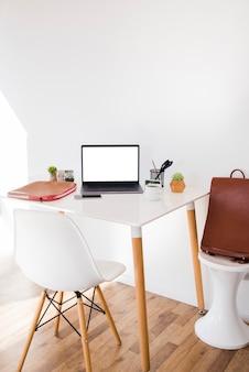 Układ biurka z laptopem i krzesłem