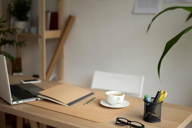 Układ biurka z laptopem pod wysokim kątem