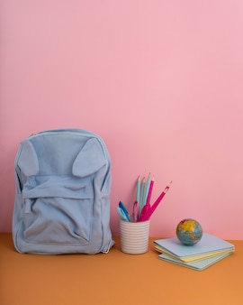 Układ biurka z plecakiem