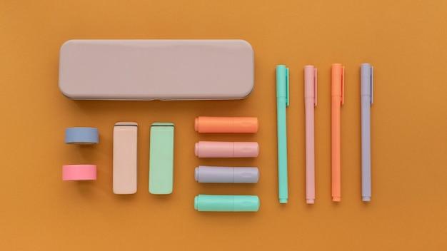 Układ biurka z widokiem z góry z długopisami