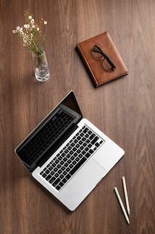 Układ biurka z widokiem z góry z laptopem