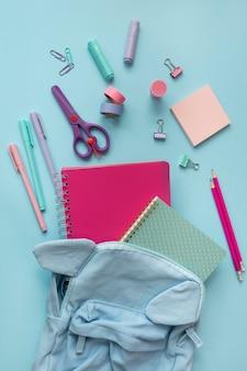 Układ biurka z widokiem z góry z notebookami