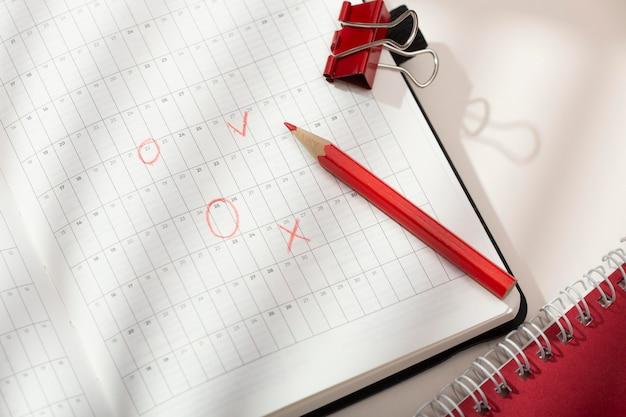 Układ biurka z widokiem z góry z notebookiem
