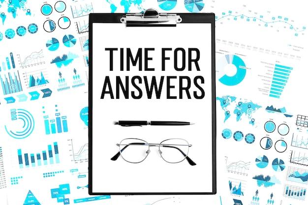 Układ biznesowy. tekst czas na odpowiedzi na papierze. okulary, długopis i schowek.