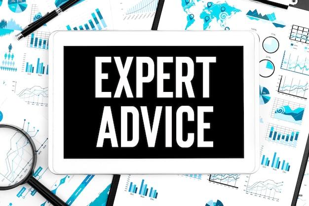 Układ biznesowy. tekst porady eksperta na tablecie. lupa, długopis i schowek na wykresy i wykresy.
