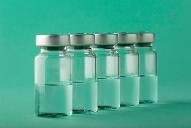 Układ butelek szczepionki na zielono