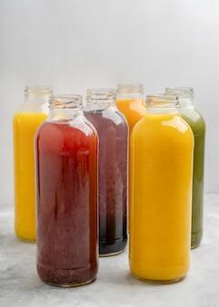 Układ butelek zdrowego soku